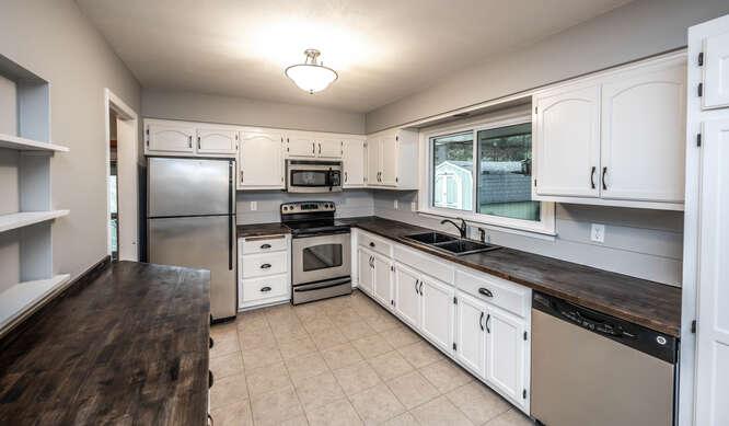 128 Pinewood Cir Apple Valley-small-015-031-Kitchen-666x389-72dpi